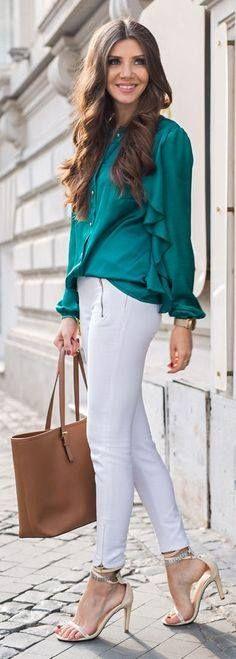 Blouse turquoise, pantalon blanc, escarpins