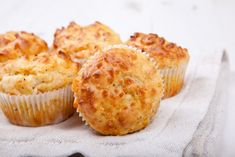 Savoury Muffins with Pecorino and Raisins No Dairy Recipes, My Recipes, Low Carb Recipes, Cheese And Bacon Muffins, Healthy Savoury Muffins, Parmesan, Almond Flour Muffins, Gluten Free Muffins, Wonderful Recipe
