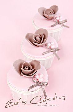 Cupcakes by Eva Blixman Pretty Cupcakes, Beautiful Cupcakes, Yummy Cupcakes, Cupcake Shops, Cupcake Art, Cupcake Cookies, Cupcakes Flores, Dessert Oreo, Cupcake Collection