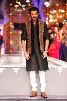 NJ 0074 Bollywood actor Anil Kapoor displays a creation by designer Raghavendra Rathore on Day 3 of India Bridal Fashion Week Mens Indian Wear, Mens Ethnic Wear, Indian Groom Wear, Indian Men Fashion, Indian Man, Men's Fashion, Fashion Suits, Indian Attire, Ethnic Fashion