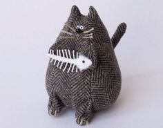 "Fat Cat Pincushion :: I might make the fish ""whole"" w/a bit of shading variety in whites . Fabric Crafts, Sewing Crafts, Sewing Projects, Needle Book, Needle Felting, Cat Crafts, Kids Crafts, Doll Toys, Dolls"