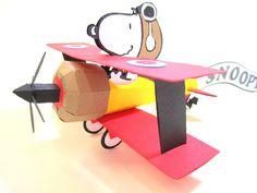 Decoração de mesa ou lembrancinha do Snoopy Aviador, todo montado em papel especial.   Opcional : Faixa que pode ser personalizado com o nome do aniversariante. Altura: 10.00 cm Largura: 15.00 cm Comprimento: 14.00 cm