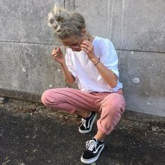 Urban outfit Large oversized white tee, pink pants with black/white Vans. Casual look, sporty chic. Tumblr Outfits, Mode Outfits, Fashion Outfits, Sneakers Fashion, Vans Sneakers, Casual Sneakers, Tumblr Clothes, Dress Fashion, 30 Outfits