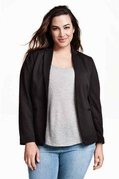 H&M+ Americana entallada: Americana entallada en tejido ligeramente elástico. Bolsillos ribeteados en la parte delantera y abertura detrás. Forrada.