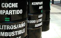 Ayuntamiento de Bilbao. Campaña Semana Verde. Se colocan grupos de 5 bidones negros unidos con mensajes de ahorro de combustible si se comparte vehículo. Además se realizan acciones con globos y se incita al uso de la bicicleta.