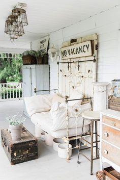 41 Rustic Farmhouse Front Porch Decorating Ideas 41 Rustic Farmhouse Front Porch Decorating Ideas go Farmhouse Chic, Farmhouse Design, Vintage Farmhouse, Summer Front Porches, Summer Porch, Small Porches, Front Porch Makeover, Sunroom Decorating, Farmhouse Front Porches
