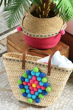 Sac en osier avec des pompons aux couleurs mexicaines - Artemio Straw Bag, Couture, Bags, Pom Poms, Mexican Colors, Handbags, High Fashion, Dime Bags, Totes
