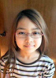 Pleifaa mit ihrer neuen Brille es gefällt ihr und sie kann jetzt alles von ihrem Platz an der Tafel ablesen