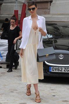 Top look. La semana de Miranda. Tras participar en el desfile de Stella McCartney, pudimos ver a Miranda con un total look de la diseñadora inglesa compuesto por un vestido escotado de color nude de la colección de primavera 2014 con una camisa blanca por encima, unas sandalias de piel natural de la colección crucero 2014.