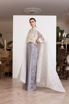 Azzi & Osta is the brainchild of designer duo, George Azzi & Assaad Osta. A style highlighted with challenging conceptual volumes that are vintage in soul. Couture Dresses, Bridal Dresses, Bridal Pants, 1940s Fashion, Fashion Show, Women's Fashion, Spring Summer 2018, Couture Collection, White Fashion