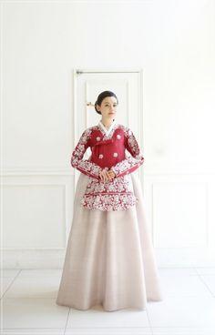 Korean Traditional, Traditional Fashion, Traditional Wedding, Traditional Outfits, Korean Hanbok, Korean Dress, Korean Outfits, Hanbok Wedding, Muslimah Wedding Dress