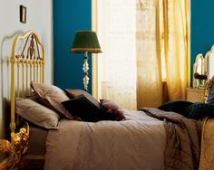 Create a luxurious hotel-style bedroom Decoration Inspiration, Color Inspiration, Blue Bedroom, Bedroom Decor, Idee Diy, Attic Rooms, Deep Teal, Blue Walls, Colorful Interiors
