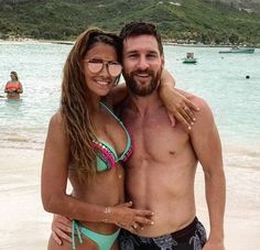 Lionel Messi and wife Antonella Roccuzzo relaxed on their Caribbean honeymoon. Lionel Messi, and his new wife Antonella Roccuzzo appeared to be soaking up every Antonella Roccuzzo, Messi 10, Football Memes, Football Players, Football Stuff, Messi And Wife, Lionel Messi Family, Cristano Ronaldo, Lionel Messi Barcelona