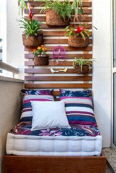 platzsparende balkonmöbel balkonpflanzen an der wand