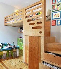 Trappetrinnene er bygget som skuffer man kan bruke som klesskap. Kjekt med litt ekstra god plass under senga!