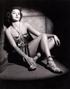 Martha Vickers (born Martha MacVicar, May 1925 – November an American model and actress. North Hollywood, Hollywood California, Vintage Hollywood, Hollywood Stars, Classic Hollywood, Classic Actresses, Beautiful Actresses, Hollywood Actresses, 1940s Photos