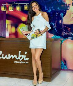 Adorei este vestido branco da @zumbi_urban_glamour  realça o bronze e com um salto poderoso faz um estilo mais sensual  Prefere um look mais descolado? Vale apostar no tênis ou uma sapatilha para um look romântico, que tal?