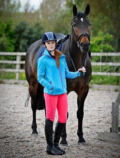 Mit der #Lelley #Stiefelreithose im #Leggings-#Stil wirst du immer schick aussehen. Dank dem Taillenbund ist die #Reithose komfortabel und angenehm zu tragen. Zusammen mit der #Goldthorpe #Softshelljacke hast du den passenden #Ausreitlook immer griffbereit. #HarryHall #englishequetstrian #english #equestrian #reiten #reiter #pferd #reitausrüstung www.englishequestrian.com