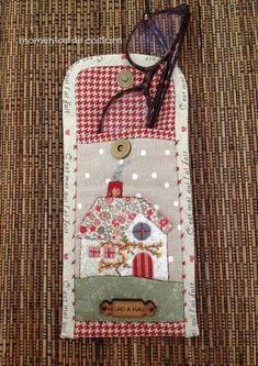 Applique glasses case x Hobbies And Crafts, Diy And Crafts, Quilting Projects, Sewing Projects, Quilt Patterns, Sewing Patterns, Quilted Bag, Mini Quilts, Glasses Case