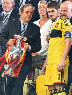 Iker Casillas hablando con Platini en la Eurocopa 2012