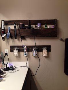 My new bathroom pallet shelves!!