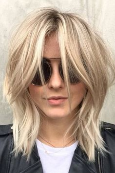 We're kind of obsessed with Julianne Hough's new 'shag' haircut - Julianne Hough hair – shag cut by Riawna Capri Wavy Layered Haircuts, Medium Shag Haircuts, Bob Hairstyles For Fine Hair, Easy Hairstyles, Hairstyle Short, Hairstyle Ideas, Hairstyles 2016, Pixie Hairstyles, Haircut Medium