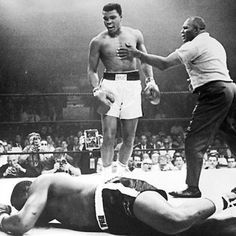No one embodied the traits of a big personality and a great athlete like Muhammad Ali. The three-time world champion boxer, born with the name Cassius Clay, transcended his sport and revolutionized the way athletes promote themselves. Sugar Ray Robinson, Nico Rosberg, Mike Tyson, Sports Illustrated, Citation Mohamed Ali, Boxe Mma, Steve Jobs, Marie Curie, Kentucky