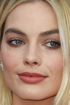 Her lips but better lip colour and deep shade under the eye and a silver sparkle on the lids. Margot Robbie at the 2018 SAG Awards.