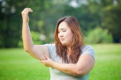 wondering how to lose arm fat? Find out the only exercises you'll ever need in order to burn arm fat and get toned arms like those of a model.Tone your arms Reduce Arm Fat, Burn Arm Fat, Fitness Workouts, Easy Workouts, 3 Minute Arm Workout, Sin Gluten, Asthma Symptoms, Get Toned, Gut Bacteria