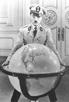 Gleich nimmt er die Weltkugel heraus und spielt mit ihr: Chaplin als Hynkel