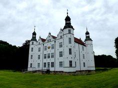 In Hamburgs Nachbarstadt Ahrensburg gibt es das weiße Schloss Ahrensburg, welches auch für Hamburger bzw. Hamburg-Besucher interessant sein dürfte. Das Schloss Ahrensburg ist gut mit den öffentlichen Verkehrsmitteln, dem Auto oder auch mit dem Fahrrad erreichbar.