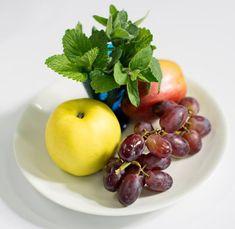 Hedelmiä kiertävät pienet kärpäset voivat jättää herkut rauhaan, jos niiden lähellä on voimakkaasti tuoksuvia yrttejä. Fruit, Food, Eten, Meals, Diet