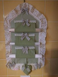 Porta Rolo Kitchen Items Kitchen Decor Home Crafts Crafts To Make Diy Crafts Flower Crafts Kitchen Towels Applique Designs Crafts To Make, Home Crafts, Diy Crafts, Small Sewing Projects, Sewing Hacks, Fabric Crafts, Sewing Crafts, Hanging Organizer, Craft Room Storage
