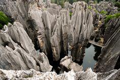 Kamienny Las, Chiny. Kamienny Las w Shilin słynie z niepowtarzalnej, stworzonej przez naturę rzeźby terenu. Część udostępniona do zwiedzania to prawdziwy labirynt ścieżek i korytarzy prowadzących pomiędzy wznoszącymi się pionowo skamielinami.