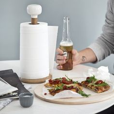 This beautiful paper towel holder is designed in white ceramic with the elegant Hammershøi furrows – and a body in solid, oiled oak.