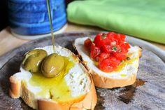 la ginestra e il mare: tipici siciliani #pane#olio#pomodorini#olive