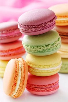 Unos macarons de diferentes sabores :  Ingredientes:  110 g de harina de almendras (o almendra molida)220 g de azúcar glas110 g de claras de huevo envejecidas (deben pasar al menos una noche a temperatura ambiente tapadas con papel film)30 g de azúcar blanquillacolorantes en gel