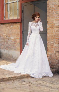 Vestido de noiva de renda com manga longa e saia volumosa( Vestido: Nova Noiva | Beleza: Agência First | Foto: Larissa Felsen )