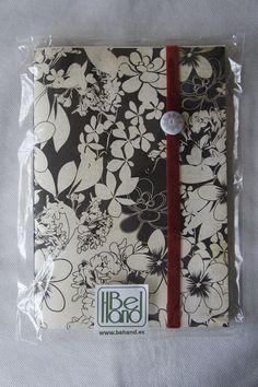 Cuaderno con motivos florales en blanco y negro. Hecho a mano. Handmade. DIY.