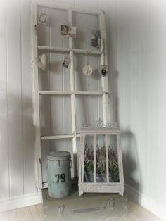 Line Elisabeth`s side: Gammelt vindu og en koffert av tre...