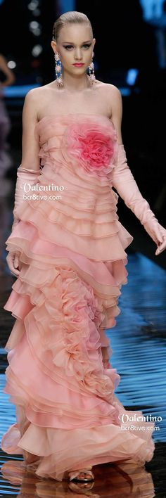 Valentino Spring 2008 Couture - rose and pink ruffled evening gown ~✿Ophelia Ryan✿~ Floral Fashion, Pink Fashion, Fashion Week, Couture Fashion, Fashion Spring, Fashion Dresses, Valentino Garavani, Valentino Couture, Rosa Pink