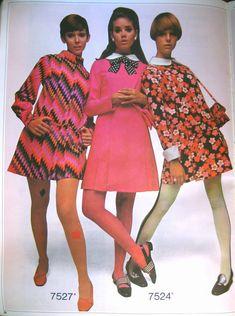 Vintage Dresses late graphic print mod mini dress shift tights shoes models magazine photo print ad twiggy looks pink red black floral stripes Moda Vintage, Moda Retro, Retro Vintage, 60s And 70s Fashion, Vintage Fashion, 1960s Fashion Hippie, 1967 Fashion, 1960s Fashion Women, Club Fashion