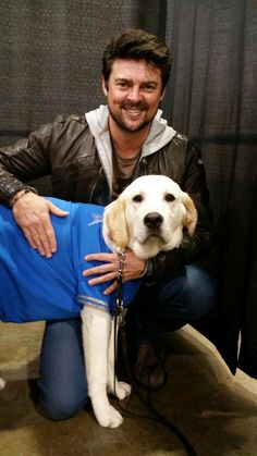 star-spangled-evans:  Best. Photo. Op. Ever.  Karl Urban and Seeing Eye puppy-in-training Albus - Philadelphia Wizard World Con 2015