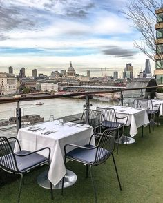 Here are 21 amazing places to see along the Thames in London. From east to west, you'll love these famous landmarks and secret spots. London Cafe, London Blog, London View, South London, Bars London, London Museums, London Places, London Landmarks, Uk Capital
