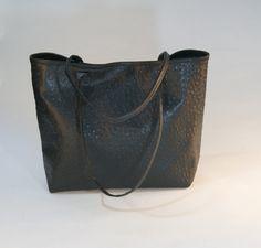 Shopper black ostrich look