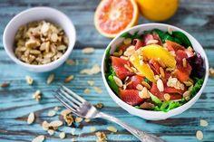 Insalata gustosa con trota affumicata, spinaci, arancia e frutta secca