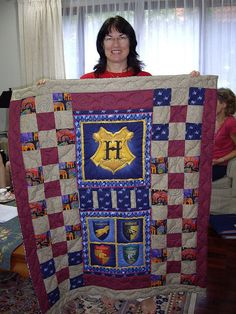 Quilts For Geeks - Harry Potter, Mario, and more! ~these quilts are all amazing! Baby Harry Potter, Harry Potter Quilt, Harry Potter Nursery, Hogwarts, Harry Potter Bricolage, Geek Crafts, Fandoms, Quilt Patterns, Quilting Ideas