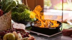 Amikor étteremben eszünk, általában nem gondolkodunk azon, hogy a szakács milyen hozzávalókból és hogyan készíti a fogást. A különféle olajok, szószok, pácok mind befolyásolja az elkészült étel ízét. Sok séfnek pedig biztos trükkje a finom fogások elkészítésére az alkohol. Főzés közben a legnagyobb Carne, Minion, Beef, Kitchen, Dolce, Liquor, Meat, Cuisine, Cooking