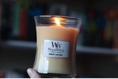 Soirée gourmande en perspective!(📷 @ohsosomanybooks)  #candle #bookshelf #litcandle #bookstagram #booksandcandles #woodwick #woodwickcandles #woodwickcandle #bakery #cupcake #gourmandise #sucre #cupcakes #miam #love #beautyaddict