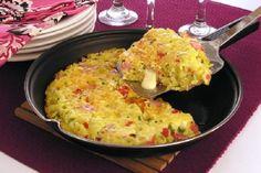 Evite o desperdício de alimentos e prepare esta fritada de sobras de macarrão hoje mesmo, para o almoço ou jantar. Com certeza, sua família vai curtir!
